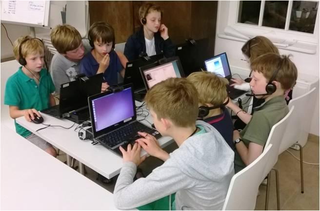Digitale Kommunikation: Kinder nehmen im Forschungslabor im Kinderreich Schlabendorf die von Nokia gesponserten Laptops in Betrieb.
